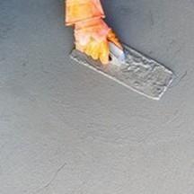 Reboucher un trou sur un sol ciment - Métaltop peinture